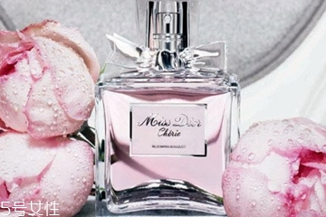 花香型香水适合什么年龄 宛在花丛中