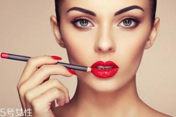 唇线笔什么颜色最好看 双唇漂亮动人有技巧