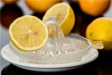 榨柠檬汁的制度方法 3招不用榨汁机