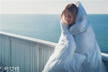 羽绒被可以用来铺床吗 会影响蓬松度