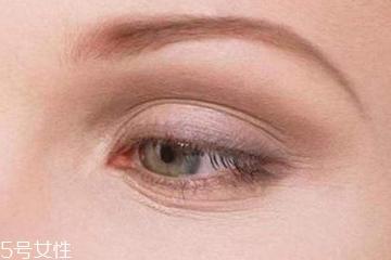 眼角细纹是什么原因 没想到跟枕头有关