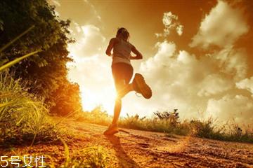 夜跑是饭前还是饭后 夜跑最佳时间
