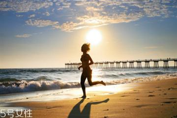 减肥跑步好还是快走好 跑步减脂肪要注意