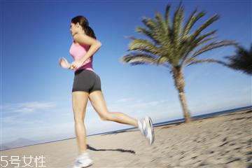 原地跑步的正确姿势 姿势正确才能促进减肥