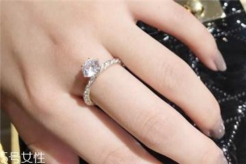 求婚戒指戴哪个手指 不要闹出笑话