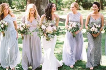 伴娘礼服是新娘自己买或买的,一般由新人准备