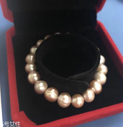 身上的珍珠手镯好吗?非常适合女性穿着