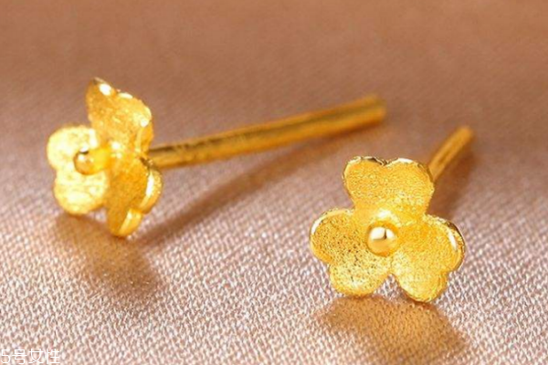 黄金耳钉适合年轻人吗 黄金耳钉适合多少岁戴