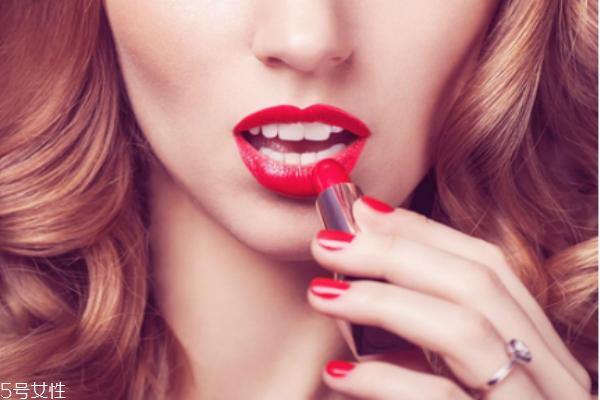 经常涂口红嘴唇发白怎么办 经常涂口红嘴唇发白原因
