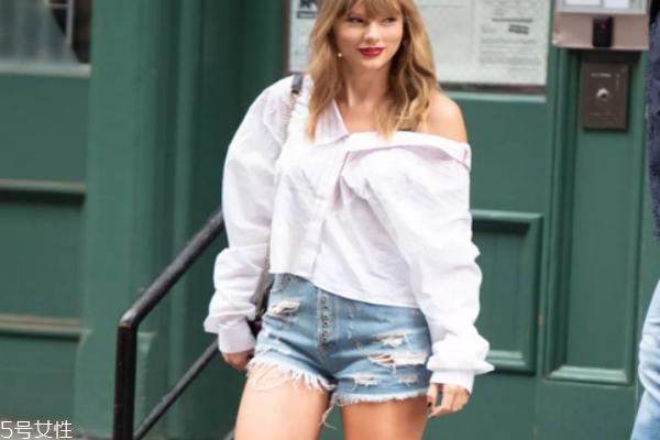 白衬衫下面穿什么好看 最受欢迎的基本款