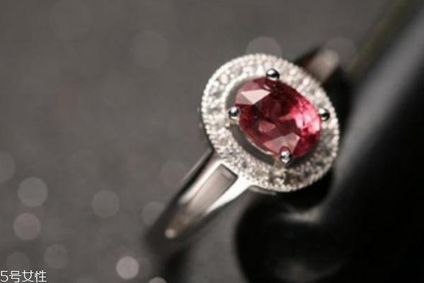 石榴石戒指寓意是什么 象征对爱情的忠诚