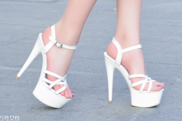 来月经可以穿高跟鞋吗 当心妇科病