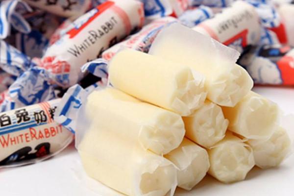 为什么大白兔奶糖包一层糯米糖纸?老版糖纸比一斤糖还贵
