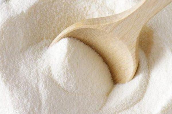 全脂奶粉和脱脂奶粉怎么分辨 全脂奶粉是鹅黄色