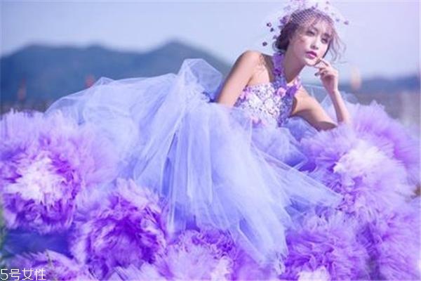 紫色婚纱代表什么 高贵独特的象征