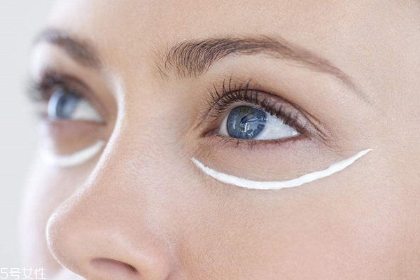 涂眼霜反而长皱纹什么原因 涂眼霜的正确手法