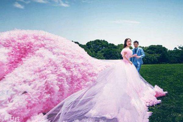 粉色婚纱代表什么 浪漫的爱情