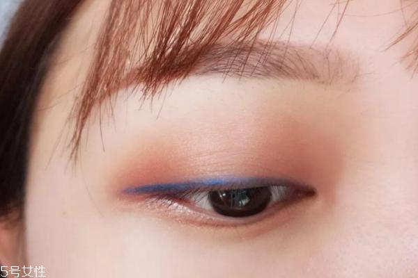 蓝色眼线笔怎么使用 晕开做眼影很惊艳