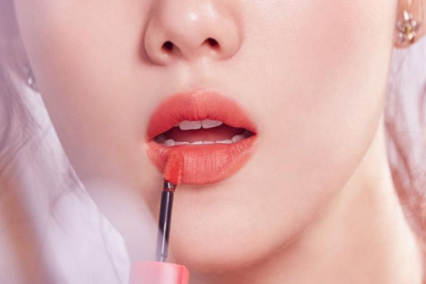 擦口红前擦什么润唇膏 避开有颜色的润唇膏