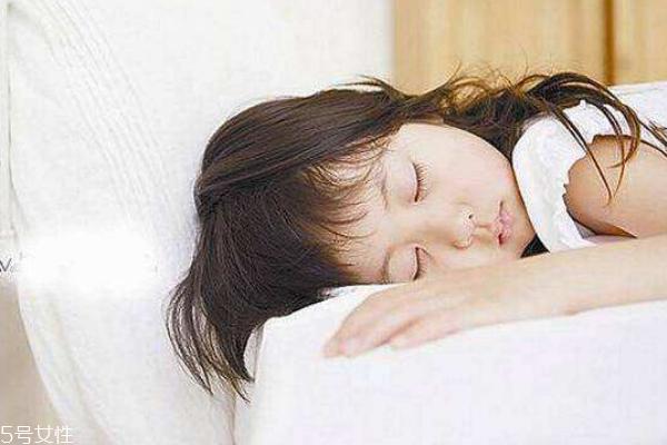 睡觉应不应该扎头发 原来一直都做错了