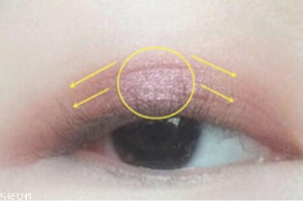 单色眼影用手怎么画图片