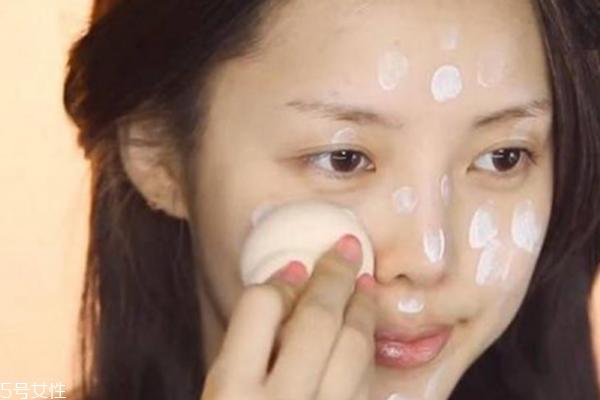 底妆怎么才能不浮粉 按气垫要用三根手指