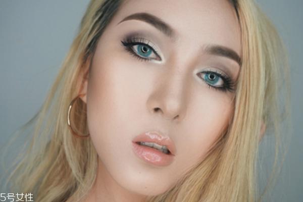 小麦色皮肤怎么化妆 简单帅气妆容画法