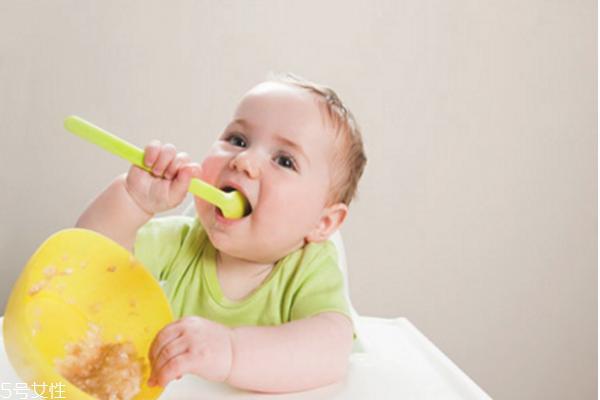 宝宝把口香糖吞下去了怎么办 宝宝噎着急救方法