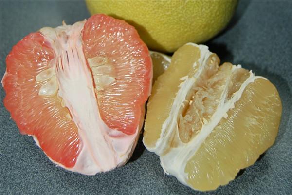 如何挑选好吃的红柚子 皮色淡黄有沉重感