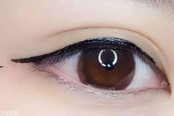 画眼线手抖图片