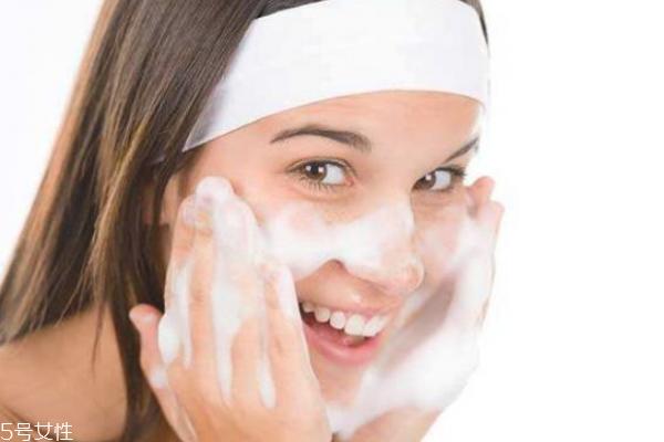 牙膏洗脸有什么好处和坏处 慎重选择牙膏是关键