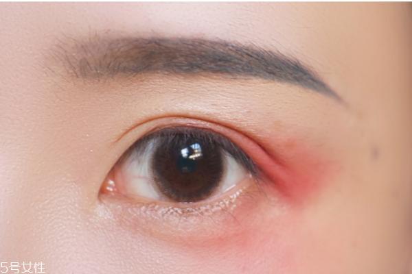 红色眼影妆容图片