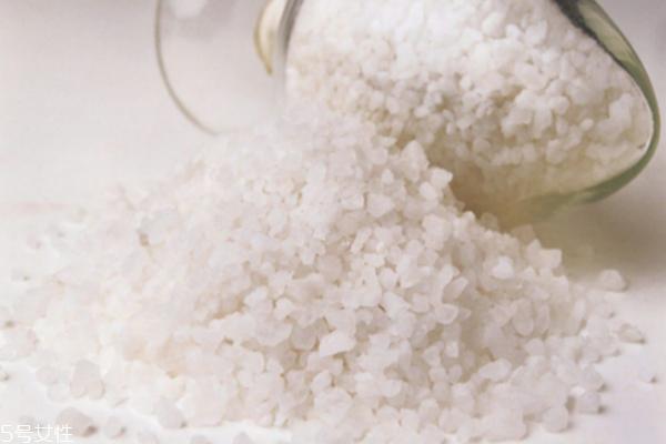盐水泡脚可以杀菌消肿吗 盐水泡脚的副作用