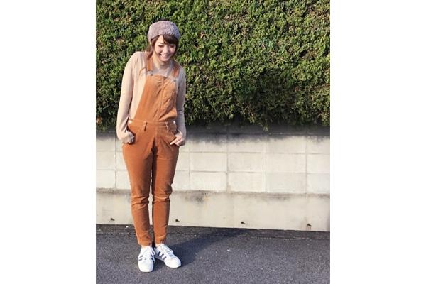 灯芯绒背带裤如何搭配 灯芯绒背带裤搭配图片