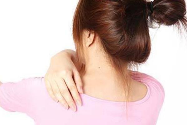 驼背、小腹凸是肩胛骨不正惹的祸