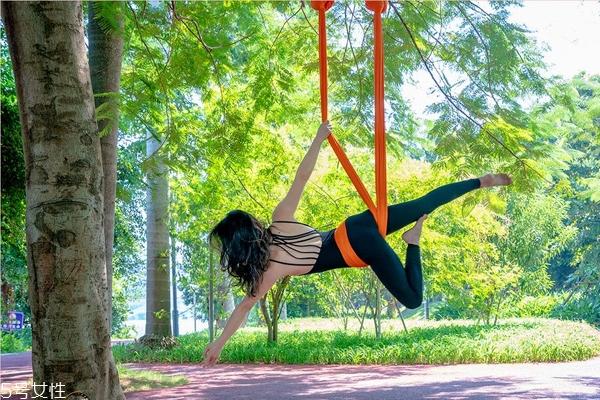 空中瑜伽可以减肥吗 看似静止实则大爆汗