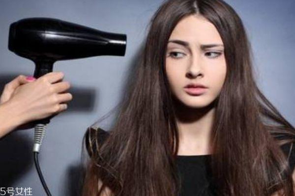 吹风机会把头发吹干燥吗 怎么正确吹头发