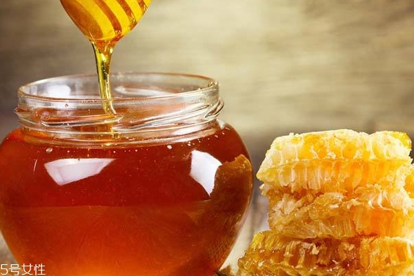 蜂蜜闻起来什么味 假蜂蜜闻起来像水果糖