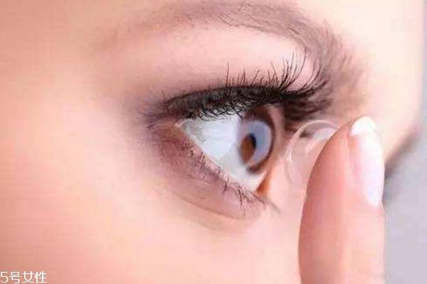 隐形眼镜可以用自来水泡吗 戴隐形眼镜的注意事项