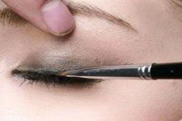 肿眼泡适合什么眼影 眼睛肿怎么画眼妆