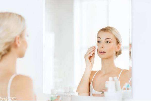 化妆水晚上睡觉能用吗 化妆水使用注意事项