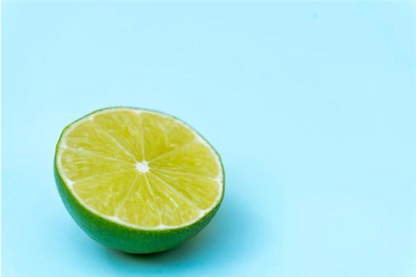 挤柠檬汁的技巧 简易取得柠檬汁