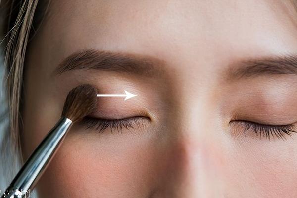 白色眼影怎么用才好看 白色眼影用法大全