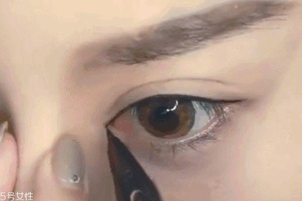胖脸mm怎么画眼妆 将眼睛变大的眼线画法
