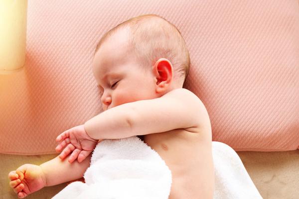 新生儿睡觉该不该用枕头
