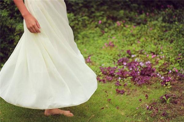 白裙子染色了怎么洗 轻松解决烦恼