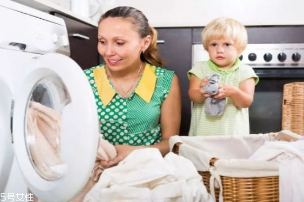 衣服被染色了怎么洗掉 肥皂碱水混合液清洗法