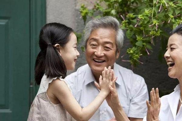 孩子该不该给老人带 3类老人适合带孩子