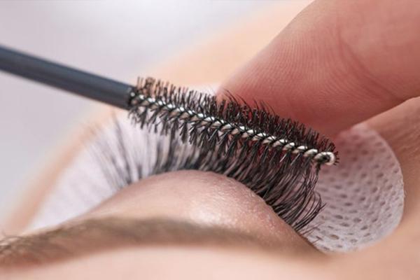 睫毛精华液怎么用 睫毛精华液用法注意