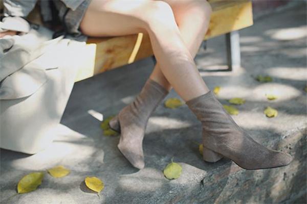 靴子加绒好还是不加绒好 加绒更加暖和